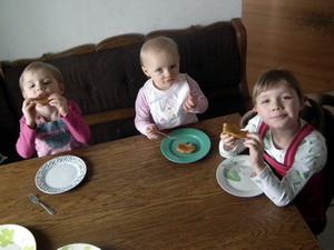 Dziewczynki jedzą placki ziemniaczane