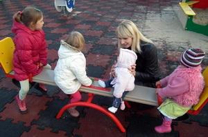 Dziewczynki na huśtawce